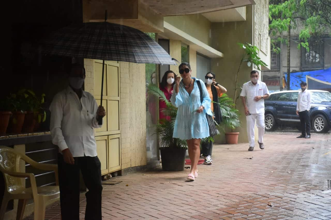 Karisma Kapoor wears orange and black colour for the outing