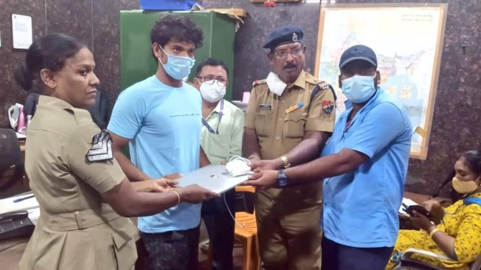 Passenger loses laptop worth Rs 2 lakh on train, contract worker helps return thumbnail