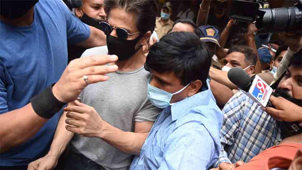 Proud to be a fan: Netizens praise Shah Rukh Khan for greeting crowd after meeting son Aryan Khan in jail thumbnail