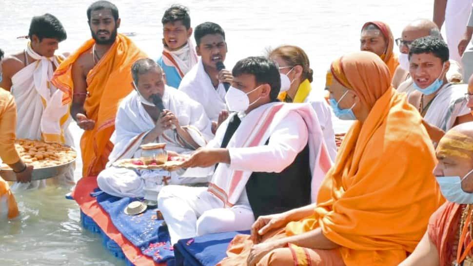 Samajwadi Party president Akhilesh Yadav offers prayers along with saints during Maha Kumbh
