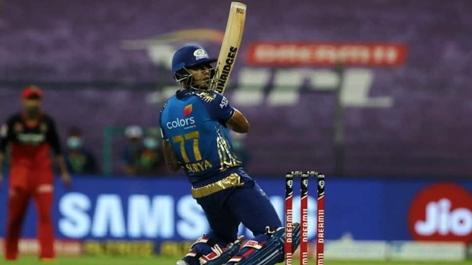 मुंबई इंडियंस के बल्लेबाज सूर्यकुमार यादव IPL 2020 में रॉयल चैलेंजर्स बैंगलोर के खिलाफ बल्लेबाजी करते हैं। (फोटो: BCCI / IPL)