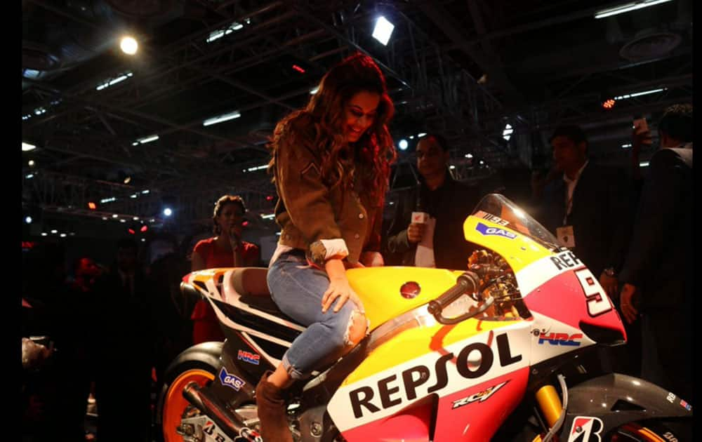The beauty and the beasts! The lovely Taapsee Pannu for Honda 2 wheeler in at Auto Expo - The Motor Show 2016!