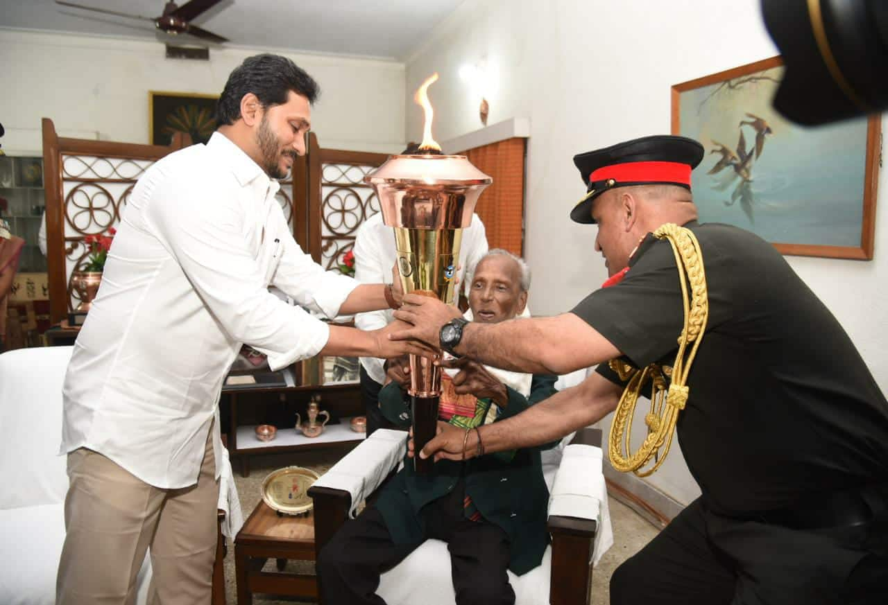 , 1971 War veterans honoured by Indian Army as part of 'Swarnim Vijay Varsh', Indian & World Live Breaking News Coverage And Updates