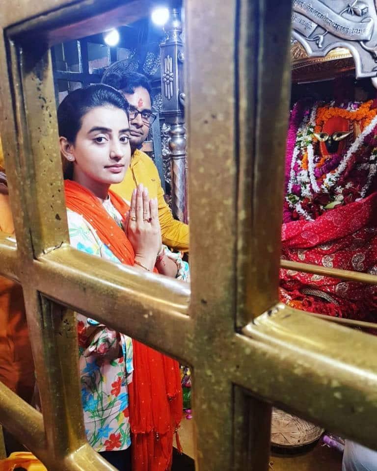 Akshara Singh seeks blessings from goddess Vindhyavasini on