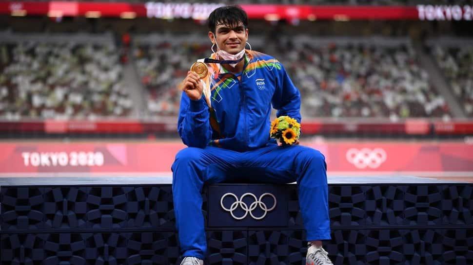 Neeraj Chopra berpose dengan medali emasnya