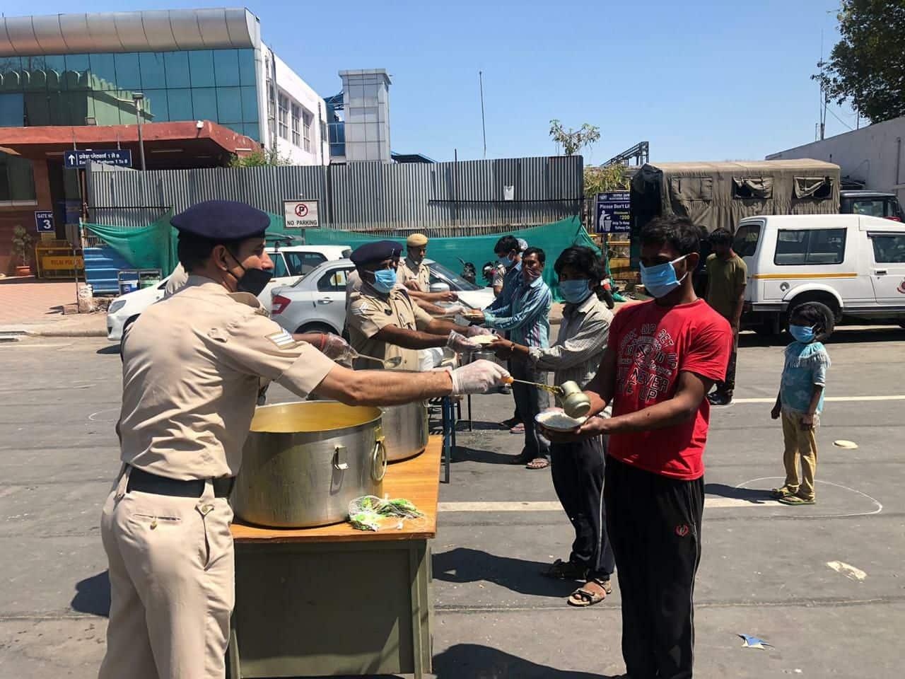 Police distributing food