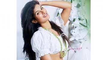 Bhojpuri bombshell Poonam Dubey shows off her washboard abs