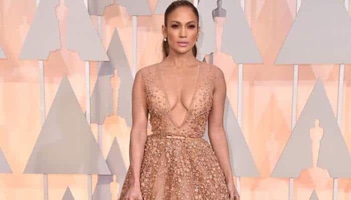 Jennifer Lopez trips on her dress at Oscars 2015