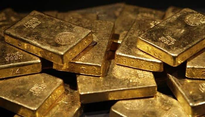 Gold falls to one-month low as dollar gains on Fed hike view