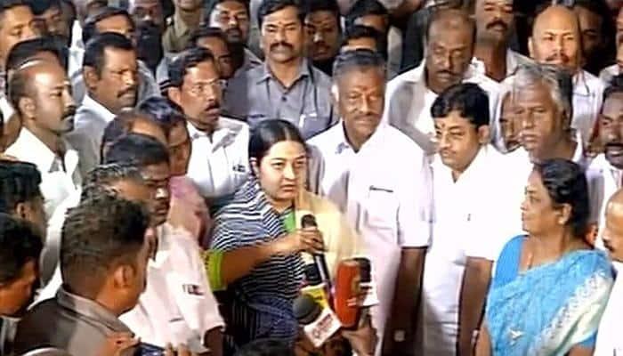 Panneerselvam pays homage to Jayalalithaa, Deepa Jayakumar joins him