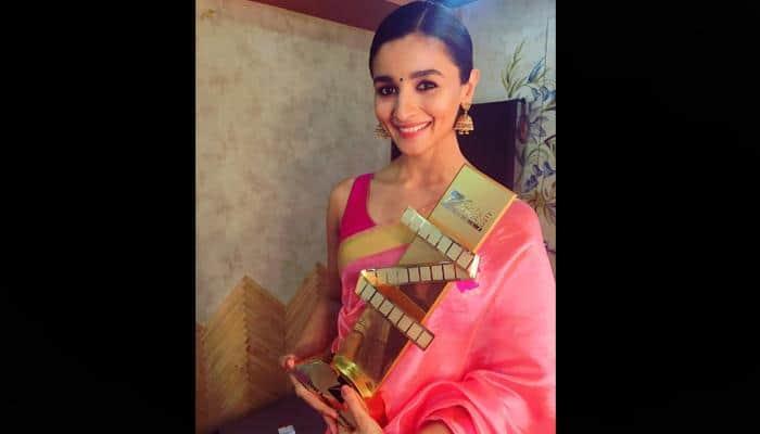Alia Bhatt turns heads in stunning saree at Zee Cine Awards 2017! - See pic