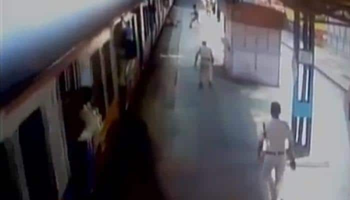 How RPF constables saved passenger from being run over by local train in Mumbai - WATCH