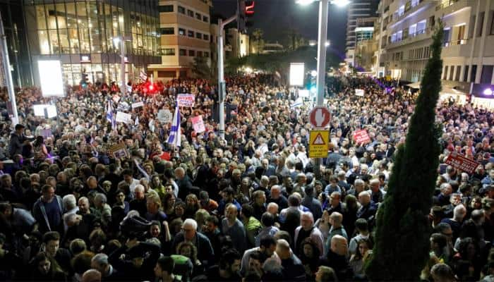 Tens of thousands march in Tel Aviv against 'government corruption'