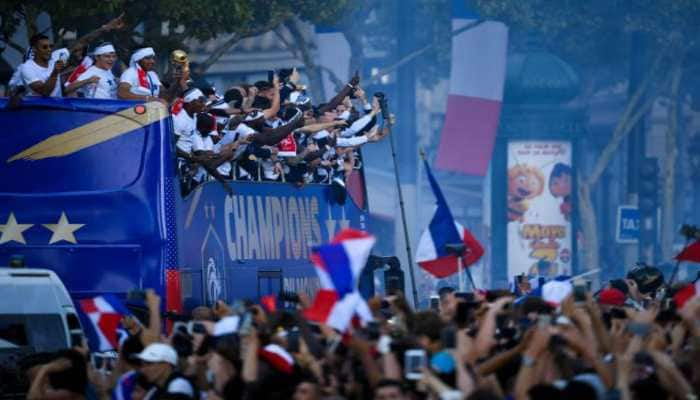 "French fans give hero welcome to ""Les Bleus"" World Cup champions"