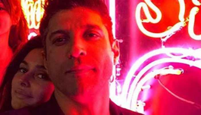 Farhan Akhtar bumped into rumoured girlfriend Shibani Dandekar and it calls for a selfie!