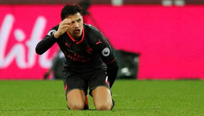 Manchester United's Alexis Sanchez hit by hamstring injury