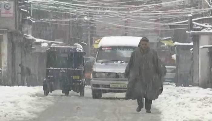 Airport operations in Srinagar hit due to heavy snowfall