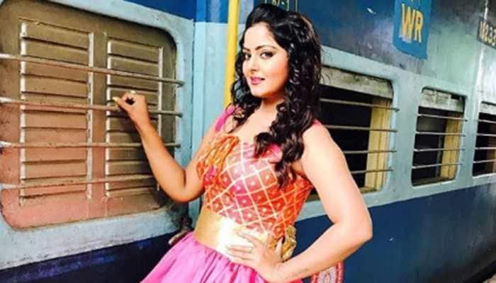Bhojpuri hot cake Anjana Singh strikes a pose in short black dress—See pic