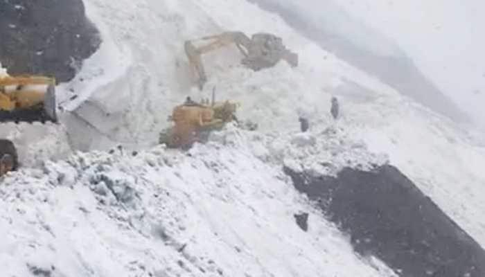 Fresh avalanches delay reopening of Srinagar-Leh highway