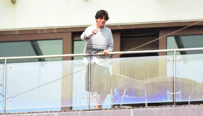 Shah Rukh Khan wishes Eid Mubarak to fans from Mannat balcony—Pics