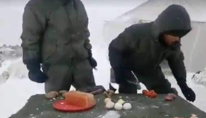 In viral video, Indian soldiers in Siachen demonstrate cooking with hammer