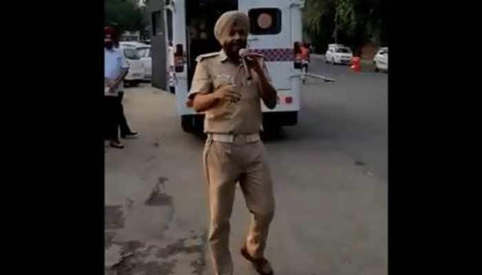 Daler Mehndi tweets a hilarious video of cop singing 'Bolo Tara Ra Ra'-Watch