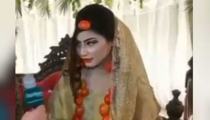 Pakistani bride wears jewellery made of tomatoes on her wedding and Twitter can't even...