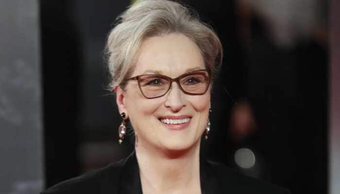 Golden Globes: Meryl Streep helps Helen Mirren fix her dress