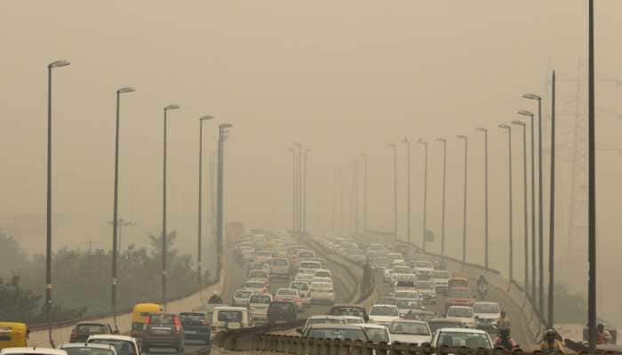 Delhi air quality deteriorates, AQI settles in 'Very Poor' category; light rain predicted