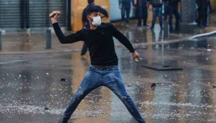 100 injured in clashes between protesters, riot police in Lebanon