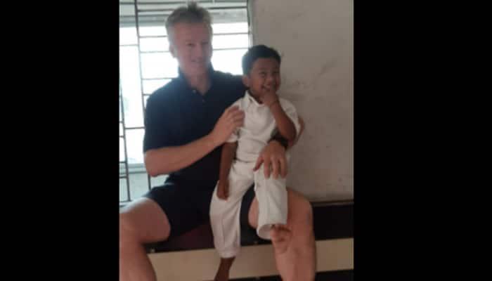 Steve Waugh meets 3-year-old diaper cricketer Sheikh Shahid in Kolkata