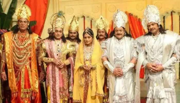 Trending: Mahabharat last day shoot made Krishna aka Nitish Bharadwaj, Arjun, Draupadi aka Roopa Ganguly shed tears - Watch viral video