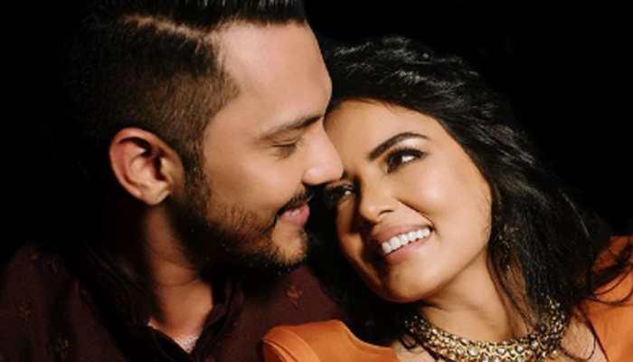 Newly married Aditya Narayan kissing his ladylove Shweta Aggarwal in this wedding pic is all hearts!