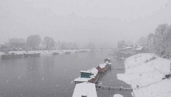 Kashmir Valley receives heavy snowfall, all flights cancelled, major highways closed