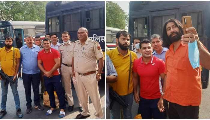 Cops enjoy selfie session with murder-accused Sushil Kumar, photos go viral