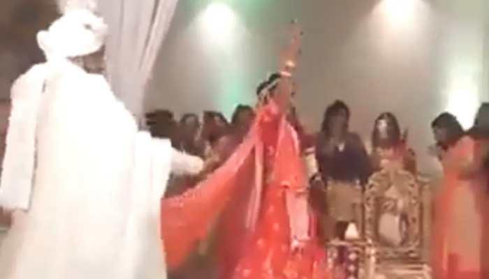 Viral video: Dulha-Dulhan ka swag! Bride and groom start dancing while taking pheras - Watch