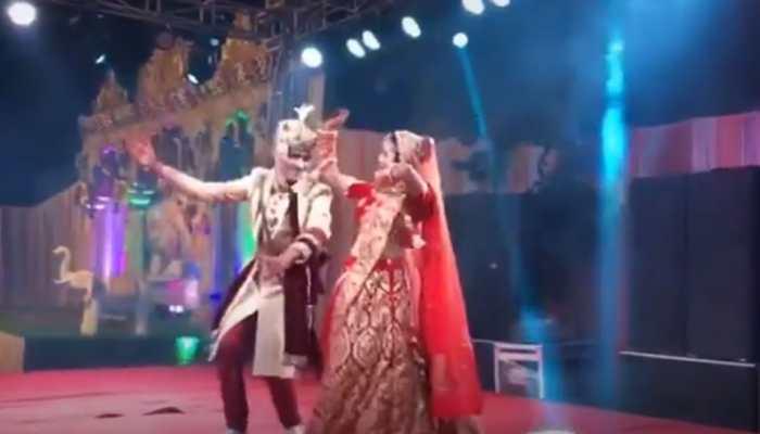 Viral video: Dulha-Dulhan's desi thumka on Haryanvi song Gajban Pani Le Chali on wedding stage keeps baraatis entertained - Watch