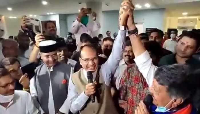 MP Chief Minister Shivraj Singh Chouhan and BJP General Secretary Kailash Vijayvargiya celebrate their friendship with Sholay's song