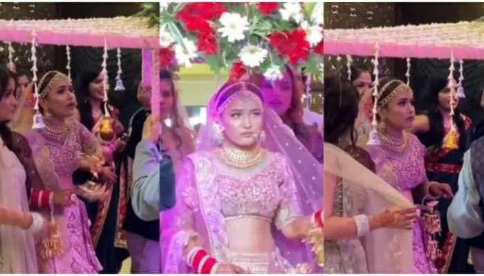 Naaraz dulhan ne roke kadam: Bride refuses to enter wedding venue for this reason, watch viral video